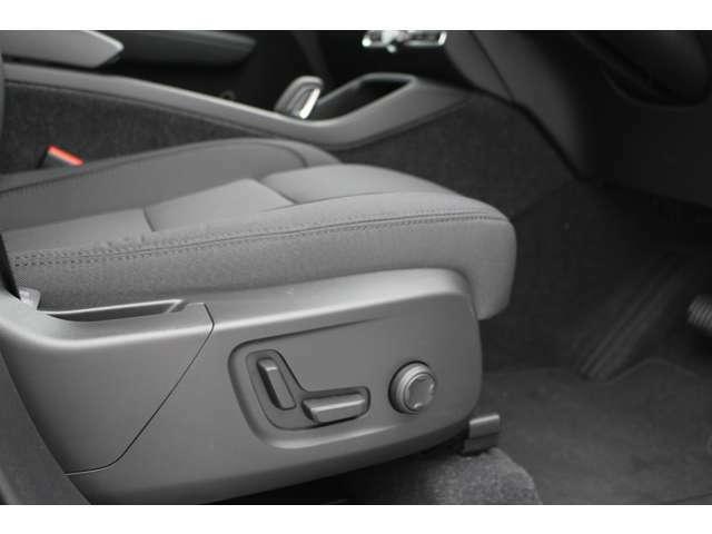 運転席メモリーシートが装備され微妙なシートポジションを記憶することができます。適切なシートポジションは、運転の疲労を軽減し安全運転に寄与します。