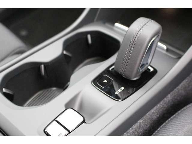 シフトは、バイワイヤー式で手首の操作でシフトが変更できます。サイドブレーキは、オート機能付きで信号待ちの時にブレーキから足を離せて運転の負担を軽減します。緊急時は、運転手以外の人が車を停止できます。