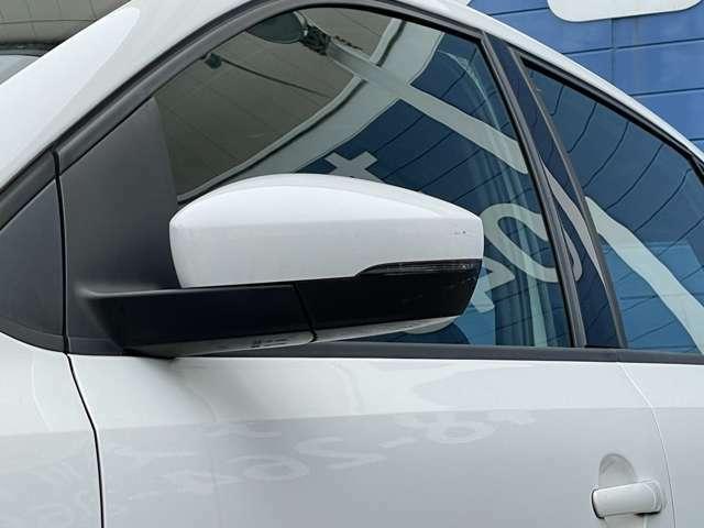 見た目だけでなく、対向車の視認性の向上にもつながるウィンカーミラーがついております。