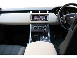 ドライバーを中心に設計された、快適なコックピット。 独自のスポーツコマンドドライビングポジションは、直感的な操作が可能で自信に満ちたドライビングをサポート。