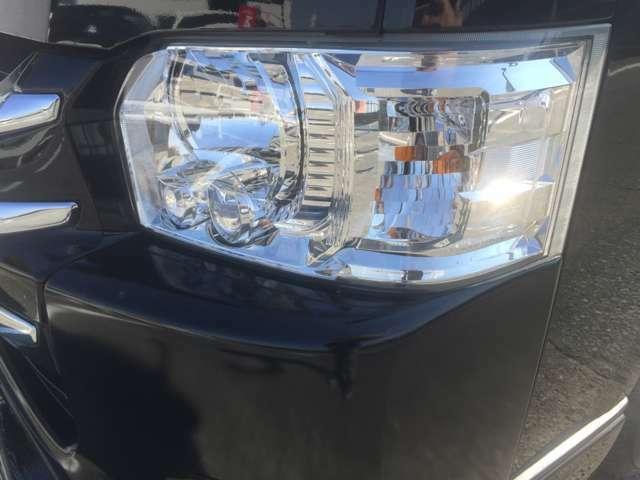 4型純正オプションのLEDヘッドランプ装着車。純正のLEDヘッドランプで夜間時はとても明るく故障もなく安心のヘッドライト。ベースはハイエースバンですが特別車両ですのでオートライト機能が標準装備です。