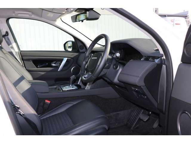 エボニー色グレインレザー12ウェイ電動フロントヒーター付シート。