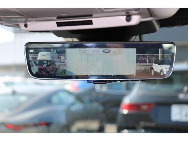 夜間や積載量が多く後方視界が悪い時に、ルームミラーに視野角50°の高解像度の後方映像を映し出すオプションのClear sightインテリアビューミラー。