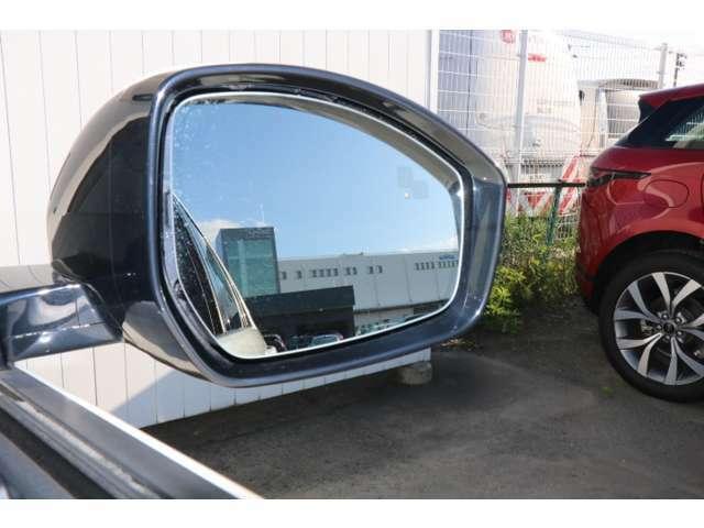 ブラインド・スポットモニター。ドライバーが確認しづらい死角の車や接近してくる車を知らせてくれます。 検知した側のドアミラーに小さな警告ライトが点灯し運転をアシストします。