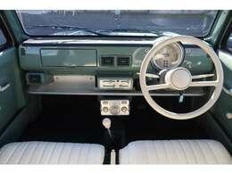 運転席、助手席になります。座った感じはこんなイメージになります。雰囲気がありますよね♪