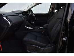 シートヒーター付10ウェイ電動フロントレザーシート。