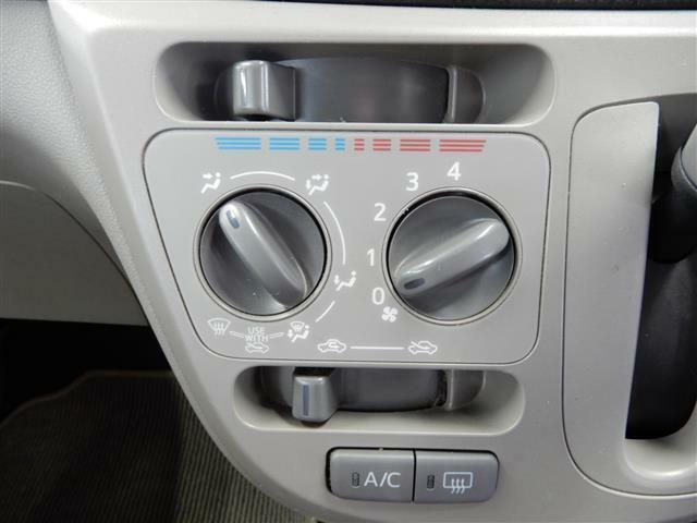 【装備】中央のコンソール下には小物入れのポケットとAC12Vの電源ソケットがあります!充電機器などはこちらで!