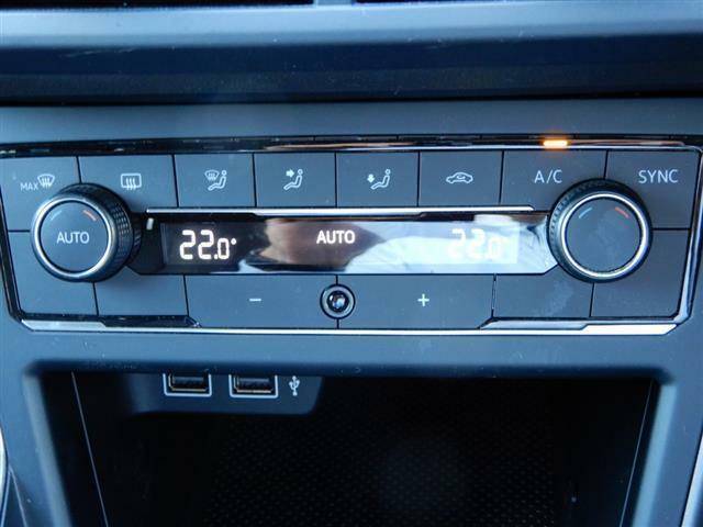 2ゾーンフルオートエアコンディショナー。運転席と助手席でそれぞれ独立して温度・風量の調節ができます。USBデバイス接続端子搭載。