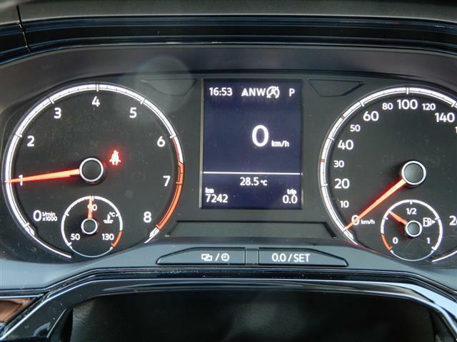 マルチファンクションインジケーター(時刻、瞬間/平均燃費、走行距離、平均速度、運転時間、外気温度)、シートベルト警告装置、タイヤ空気圧警告灯。