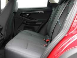 後席も使用感はほとんど感じられず大変綺麗なコンディションを保っております。