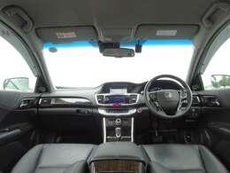 前方視界です。窓が大きいので視界は良好です。運転席、助手席共に広々していてくつろげます。