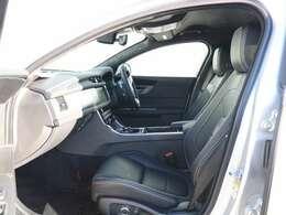 上質なフルレザーシート、カラーはエボニーです。厚みのあるシートはしっかり身体にフィットし、長距離での運転でも疲れにくいと定評があります。もちろんシートヒーター機能も内蔵しています。