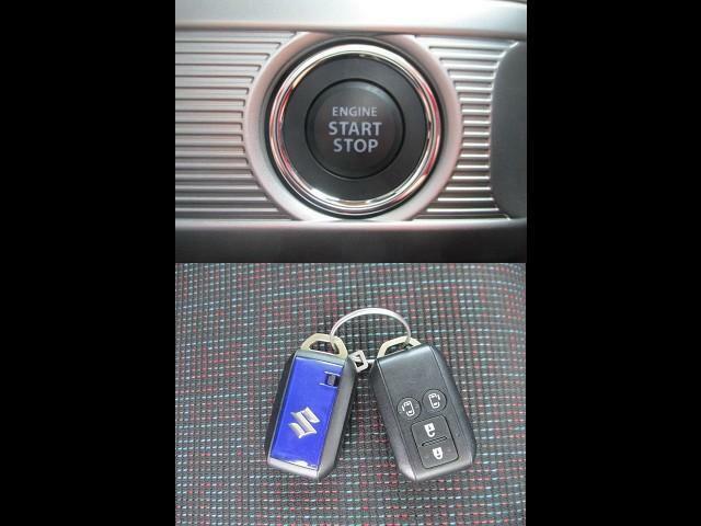 ボタン1つでエンジンを始動【キーレスプッシュスタート】!イモビライザーも標準装備です。カバンの中で鍵を見失ってしまいがちな人におススメ。便利なスマートキー。