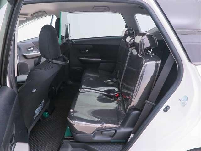 足元広々でゆったりとした後席です。リラックス快適空間でドライブをお楽しみください。
