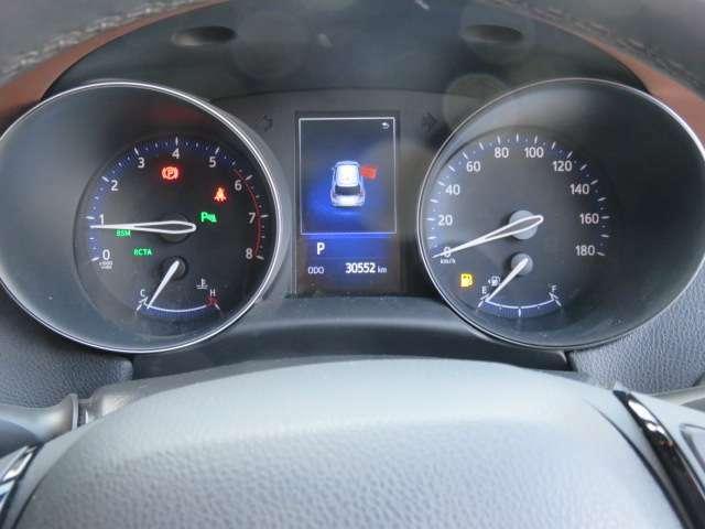 メーターの中央部分には、平均燃費などの走行状態や車のいろいろな情報を教えてくれる優れモノのインフォメーションディスプレイが付いてます。