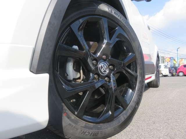 専用の18インチアルミは目立つキズなどもなくキレイです。タイヤの溝もまだまだしっかり残ってます。