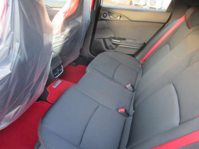 シビックハッチバックべースなので後席も使えます。シートベルトは、レッドを採用。