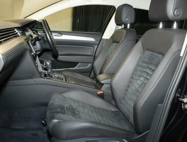 【フロントシート】人間工学設計と、低反発スポンジの様なシート素材を採用。長時間運転でも疲れにくいです。