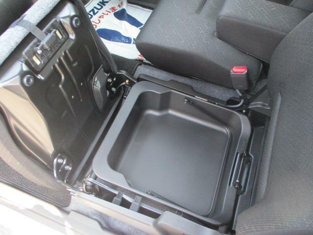 助手席下は取り外し可能な【シートアンダーボックス】付★メンテナンス用品やアウトドアギアなどの収納に♪