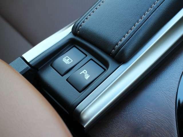 超音波センサーを利用して、車両前方や車両後方の障害物を検知。障害物との距離と接近部位の位置をマルチインフォメーションディスプレイに表示し、同時に音声とブザーでドライバーに注意を促します。