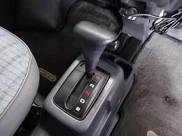 【3速オートマチック】オートマ限定免許の方でもOKです!パワステも付いているので、運転も楽々です!