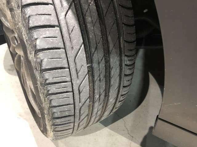 Fタイヤ:Rタイヤ:タイヤ溝残量中程度の残溝です。