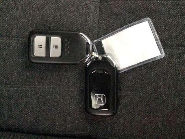スマートキーを装備しています。鍵を差し込むことなくドアロックの開け閉めと、スタートボタン操作でのエンジンスタートができます。