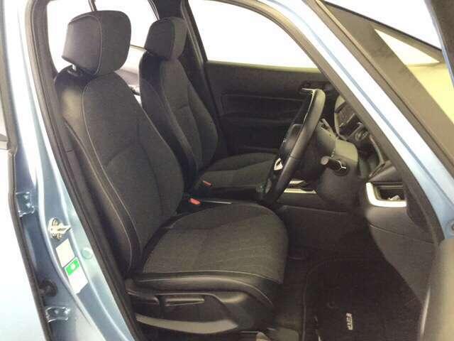 女性でも運転がしやすいように、シートの高さ調整機能がついています。広い足元にゆったり座れるシートには肘掛も装備しており長距離の運転でも疲れにくいシートです。