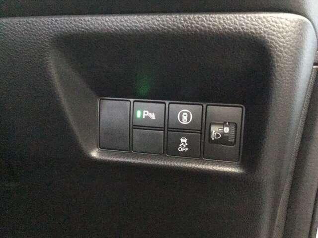 ハンドルの右側にはヘットライトリベライザーとHondaセンシング用のメインスイッチがついています。ヘッドライトレベライザーは道路状況や積荷の加重に応じてライトの高さを調節できます!