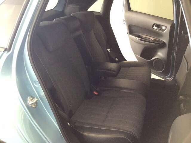 座面も厚みがあり背もたれも高く、ゆったりくつろいでお乗りいただけるシートです。 座面を跳ね上げて収納スペースを広くすることも可能です。