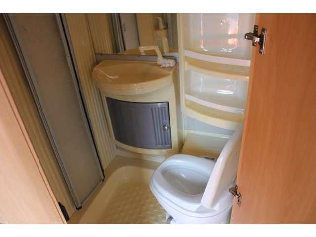 バスルームにはトイレとシャワーも完備しております。使用感もほとんどなく、良好なコンディションでございます♪ボイラー稼働させれば温水シャワーもご使用できます♪