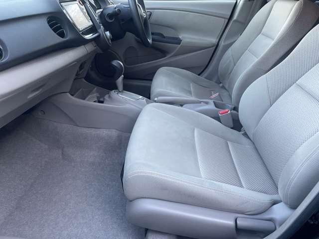 助手席側の足元もゆったりと広々しております♪サイドの窓も視界が広く見晴らしが良いので、ドライブ中にも外の景色を存分に楽しむ事が出来ます♪ダッシュボードにも汚れなど無く良好な状態です♪
