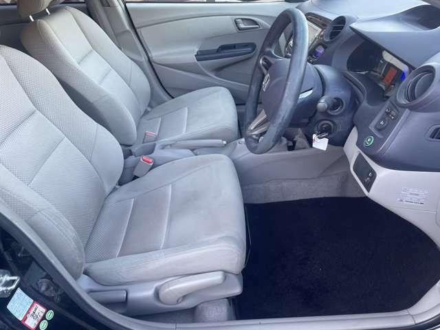 運転席のシートは気になる様なスレ等も少なくとてもキレイな状態となっております♪座面調整も行えますのでお好みの目線で快適なドライビングをご堪能頂けます♪