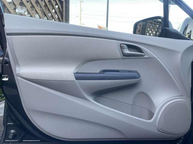 ドアは広くワイドに作られており、体の大きな方でも乗降り時に窮屈感を感じさせない乗降口です♪車内の内装に関しましても、ドアパネルやサイドポケットに擦れや汚れも無くとても良好な状態です♪
