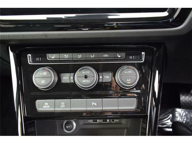 3ゾーンフルオートエアコンディショナー。運転席と助手席と後席の3つのゾーンで温度などを独立して設定できます。シートヒーター(運転席/助手席/後席左右)装備。ドライビングプロファイル機能搭載。