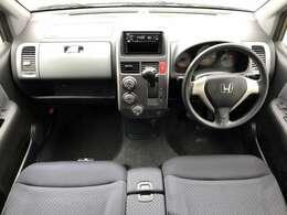 車内はご覧の通り目立った汚れやシミ等無く綺麗で清潔感がございます♪グレーを基調とした落ち着いた雰囲気の室内となっております♪ベンチシートとなっており、車内間の移動も楽々です♪