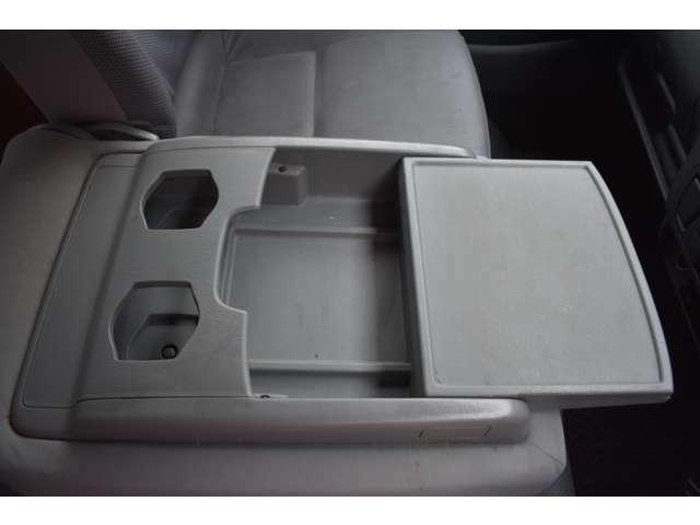 ■センターシートは倒せば物置やドリンクホルダーに■