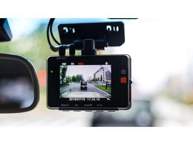 Bプラン画像:万が一の事故でもしっかり記録してくれる今話題のドラレコ!エンジン始動で自動録画!スマートフォンでワイヤレス接続ができ、映像を簡単にストリーミング・ダウンロードと共有できます!