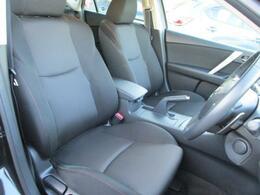 フロントシートにもリアシートにも硬めのセッティングのシートを採用!海外でも人気のシートには長距離ドライブでも耐えうる品質が確保されていますね。