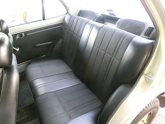 シート、トリム、共に綺麗で良い状態。後部座席の居住性も意外と良好。