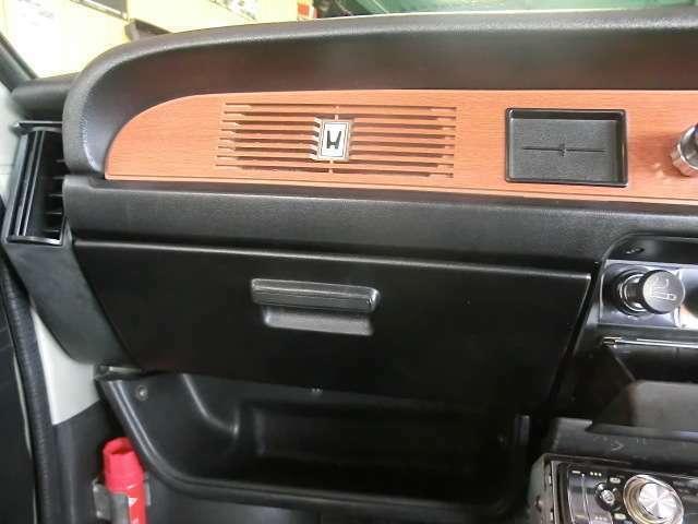 ホンダのHマークの付いたスリットの中にはラジオアンテナ、良いデザインです。グローブボックス下には便利なトレーが付きます。