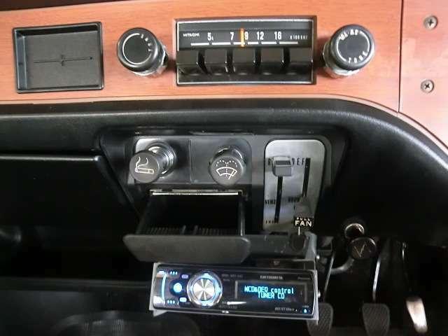 中央にはラジオ、空調コントロール、ワイパースイッチ、シガライター、灰皿、チョークノブと使いやすくまとめられています。その下には今どきのオーディオを装着。