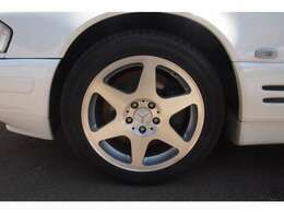 """車両:メルセデスベンツ 車種:SL500 グレード:リミテッド 走行距離:66,000km 色:ホワイト 装備品:限定車""""リミテッド""""! 両側メモリーシート付パワーシート"""