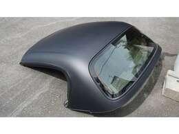 コチラの車両は電動ルーフではなく、脱着式のハードトップ(ディタッチャブルトップ)になりますので 御間違えなく。