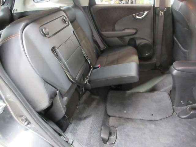 助手席側・運転席側で独立してシートアレンジが可能です!