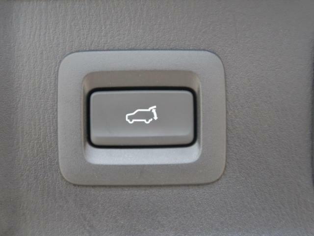 電動リアゲート☆重たいトランクもボタン一つで開閉可能です。女性や年配の方でも簡単に開閉が出来ますよ☆