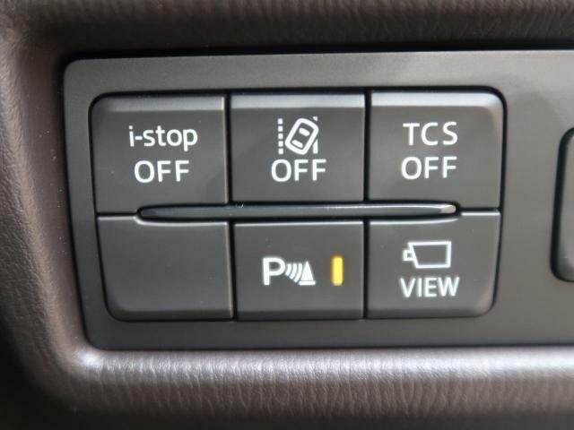 【車線逸脱警報】 道路上の白線(黄線)をカメラで認識し、ドライバーがウインカー操作を行わずに車線を逸脱する可能性がある場合、ブザーとディスプレイ表示により注意を喚起。