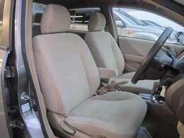 ★フロントシートです。運転席には座面の上下調節が可能なハイトアジャスターが装備されております。車内にタバコ臭のような嫌な臭い等が無く綺麗状態状態です。