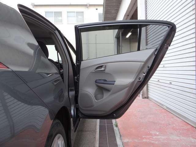 足がよく当たるドア内張りも綺麗にクリーニングしています!オーディオの網の目や人が触った後の汚れなど気になりますよね!新しい時の車両のコンディションを目指してお客様の気持ちになってクリーニングしてます。