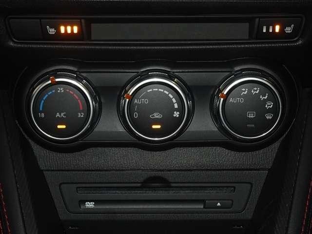 運転席、助手席に3段階調整式のシートヒーターを装備。オートエアコンなので温度を設定するだけで、吹き出し口・風量を自動的に調整してくれます。さらに、左右別々の温度設定ができて室内も快適です。